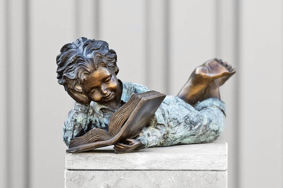 Tuinbeelden Brons Tuin : Bronzen beeld liggende jongen met boek tuin loosveldt